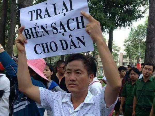 Ông Lưu Văn Vịnh trong một cuộc biểu tinh phản đối Formosa gây thảm họa ô nhiễm môi trường biển